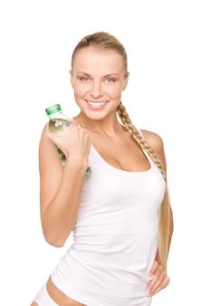 Schöne frau mit wasserflasche über weiß