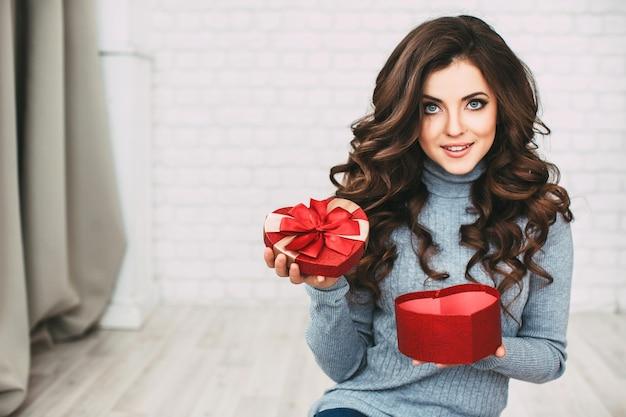 Schöne frau öffnen geschenkform herz neujahr und weihnachten