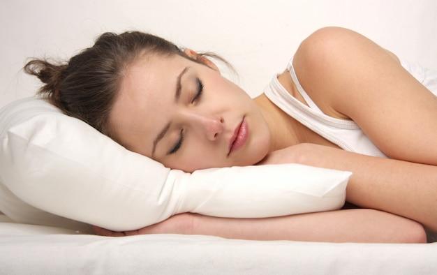Schöne frau schläft