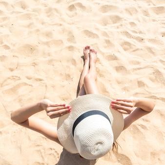 Schöne frau sitzt am strand