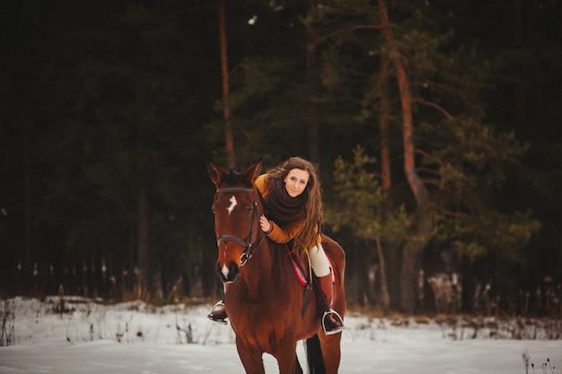 Schöne frau sitzt auf einem pferd