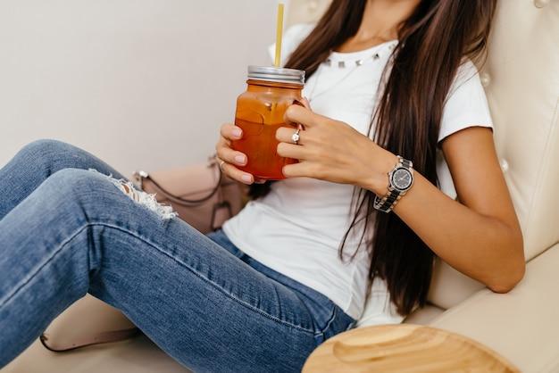 Schöne frau sitzt und trinkt tee