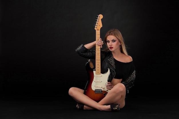 Schöne frau und gitarre