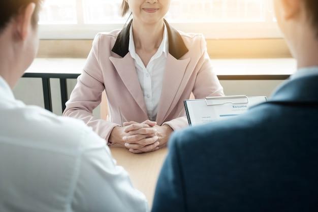 Schöne frau und ihr vorstellungsgespräch im büro (arbeit)