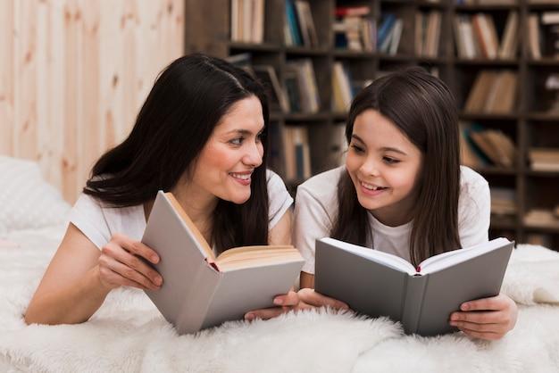 Schöne frau und mädchen, die bücher lesen