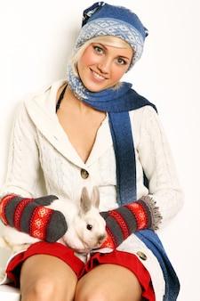 Schöne frau und süßes kaninchen