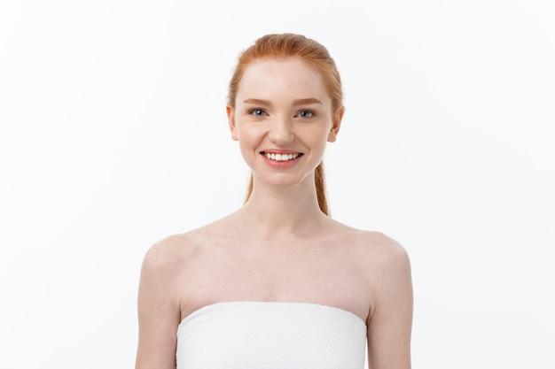 Schöne frau weibliche hautpflege gesundes haar und haut schließen