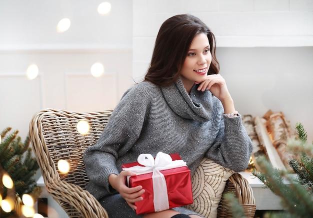 Schöne frau zu hause zu weihnachten