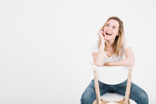Schöne frauen auf dem stuhl