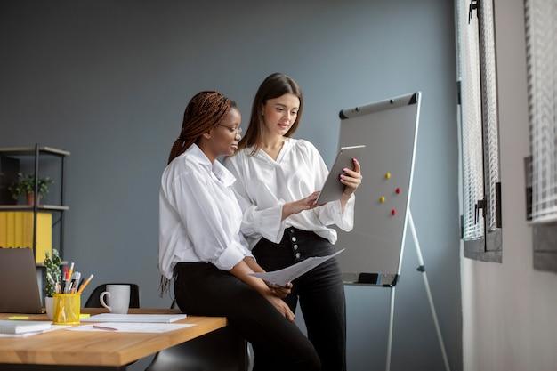 Schöne frauen, die in einem startup-unternehmen zusammenarbeiten