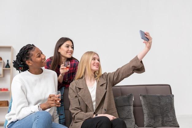 Schöne frauen, die selfie nehmen