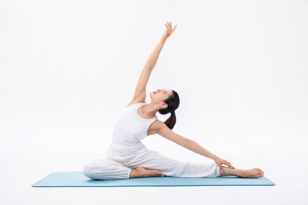 Schöne frauen, die yoga üben