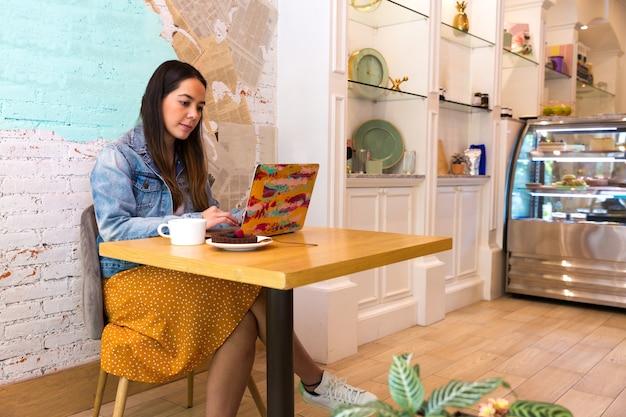 Schöne frauen mit laptop im coffee shop