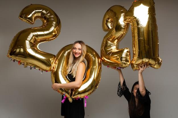 Schöne frauen mit neujahrsballons 2021.