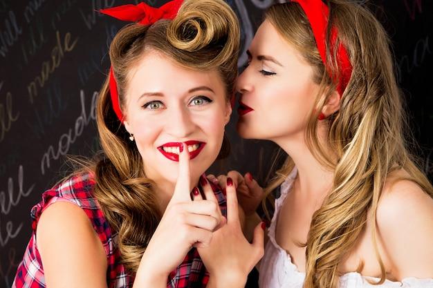 Schöne frauen reden. mädchen mit schönen haaren und make-up