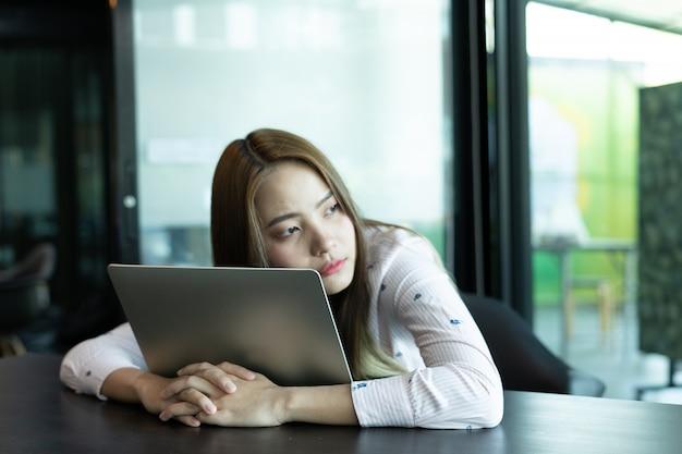 Schöne frauen sind mit online-produktverkäufen nicht zufrieden