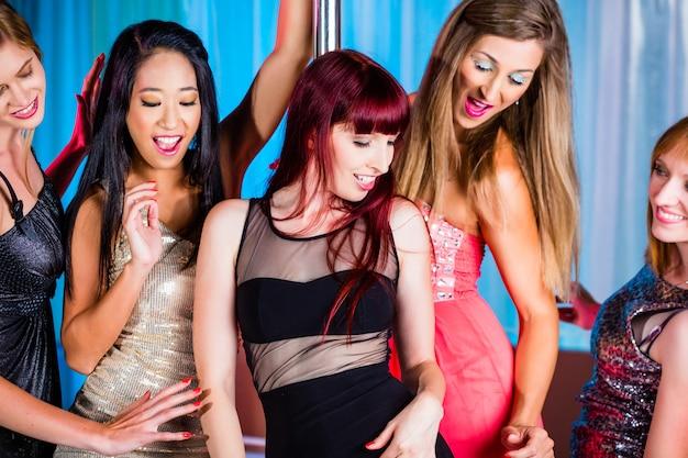 Schöne frauen tanzen in diskothek oder club