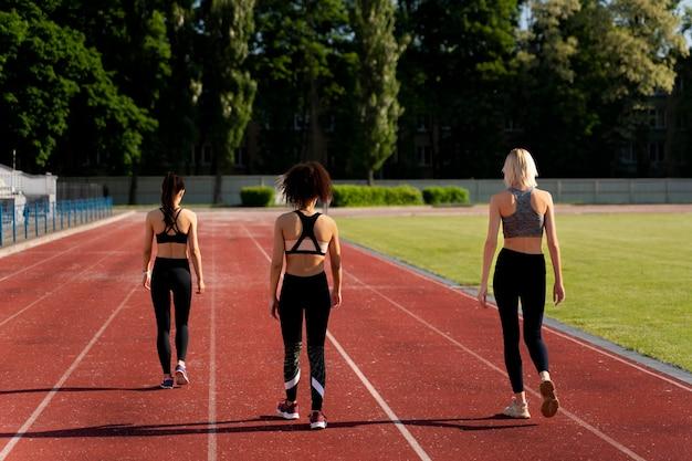 Schöne frauen trainieren für einen laufwettbewerb