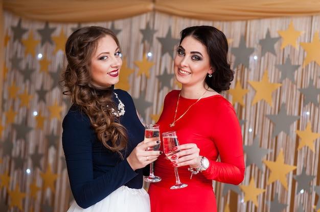 Schöne frauen trinken champagner