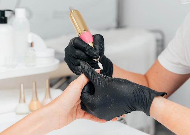 Schöne frauenhände und person, die handschuhe tragen