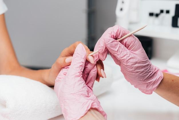 Schöne frauenhände und rosa schutzhandschuhe