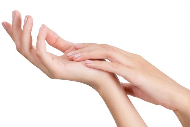 Schöne frauenhand, die mit der massage getrennt auf weißem hintergrund sich entspannt