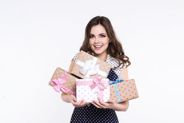 Schöne freudige frau mit geschenkboxen lokalisiert auf einem weißen hintergrund. überraschung für den urlaub.