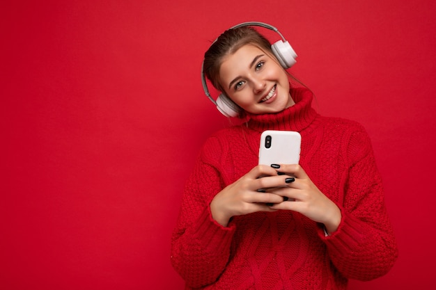 Schöne freudige lächelnde junge frau, die stilvolle freizeitkleidung isoliert trägt