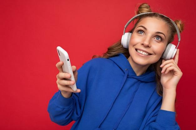 Schöne freudige lächelnde junge weibliche person der nahaufnahme, die stilvolles lässiges outfit trägt