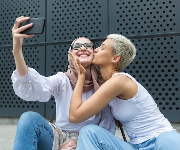 Schöne freunde, die zusammen ein selfie machen