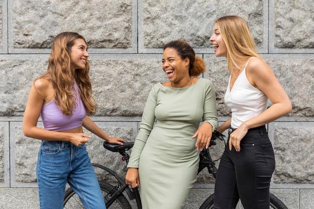 Schöne freundinnen und ein fahrrad