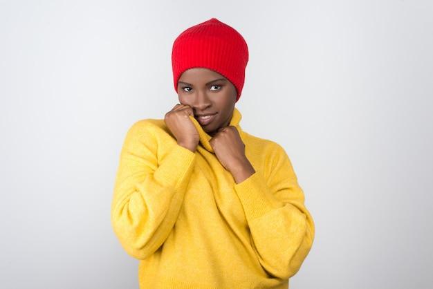 Schöne fröhliche afroamerikanerfrau, die kamera betrachtet
