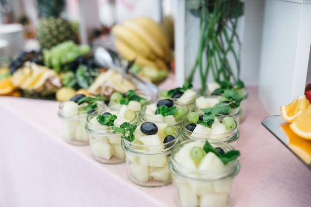 Schöne früchte und süßigkeiten für die gäste bei der feier