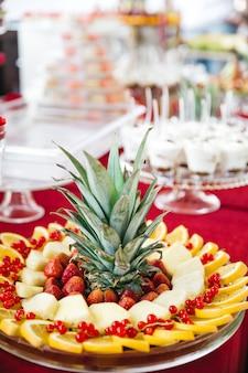 Schöne früchte zum dekorieren eines süßen tisches