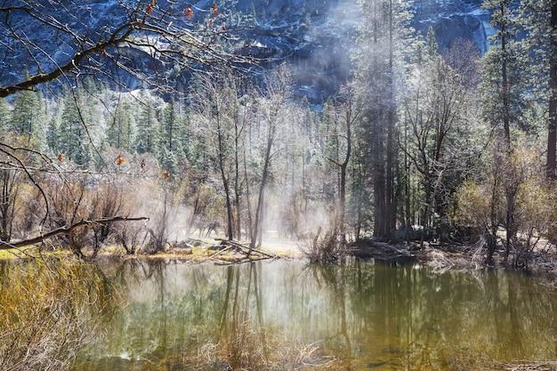 Schöne frühe frühlingslandschaften im yosemite-nationalpark, yosemite, usa