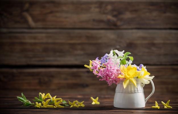 Schöne frühlingsblumen auf dunklem altem hölzernem hintergrund