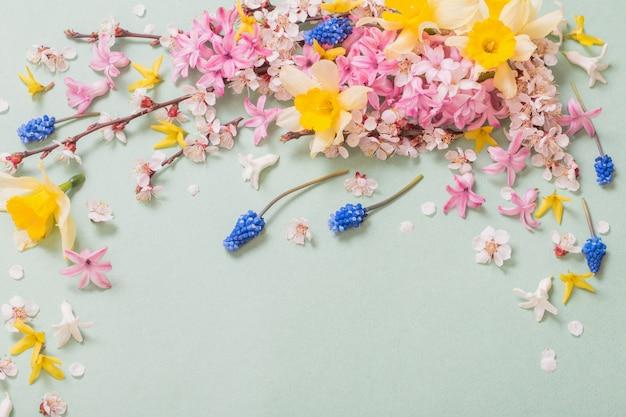 Schöne frühlingsblumen auf papierhintergrund