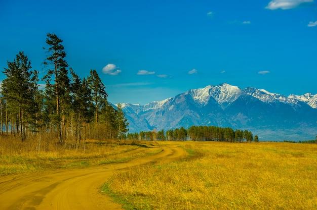 Schöne frühlingslandschaft der westlichen sayan-berge.