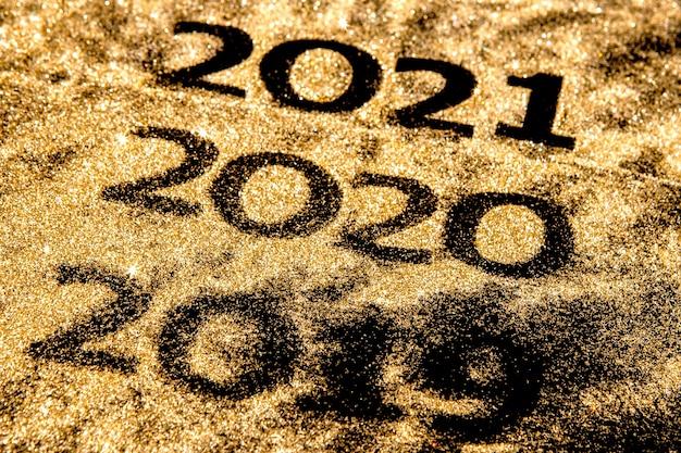 Schöne funkelnde goldene zahlen von 2019 bis 2020 auf schwarzem hintergrund für design