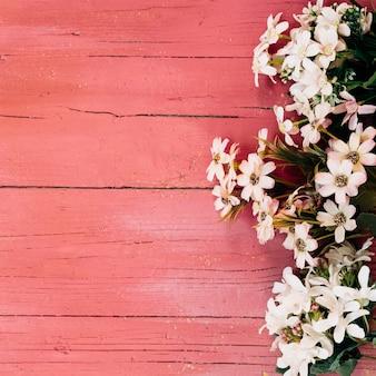 Schöne gänseblümchen auf holzboden