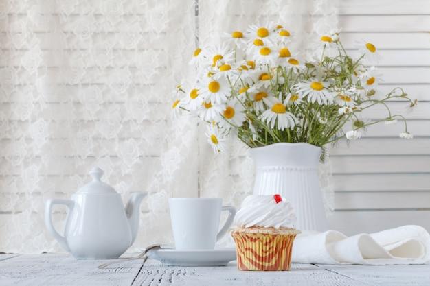Schöne gänseblümchenblumen in der vase auf tisch