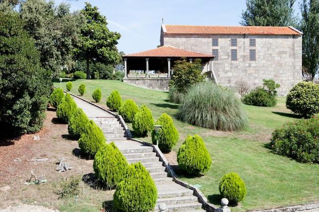 Schöne gärten an der außenseite eines hotels