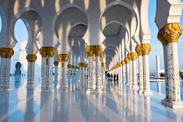 Schöne galerie der berühmten sheikh zayed white moschee in abu dhabi, vereinigte arabische emirate