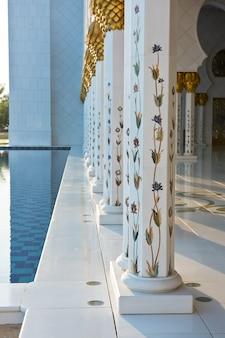 Schöne galerie der berühmten weißen moschee sheikh zayed in abu dhabi, vereinigte arabische emirate