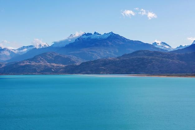 Schöne gebirgslandschaft entlang der schotterstraße carretera austral in südpatagonien, chile