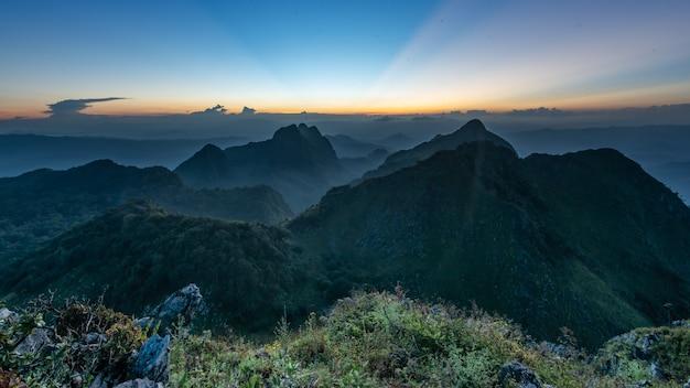 Schöne gebirgslandschaft von doi luang chiang dao bei sonnenuntergang, chiang mai province, thailand.