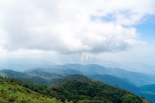 Schöne gebirgsschicht mit wolken und blauem himmel am kew mae pan naturpfad in chiang mai, thailand