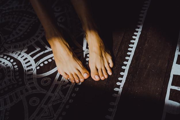 Schöne gebräunte weibliche beine