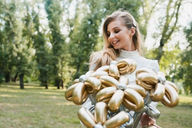 Schöne geburtstagsfrau mit ballons
