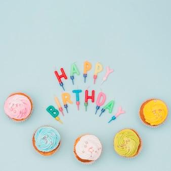 Schöne geburtstagskomposition mit cupcakes